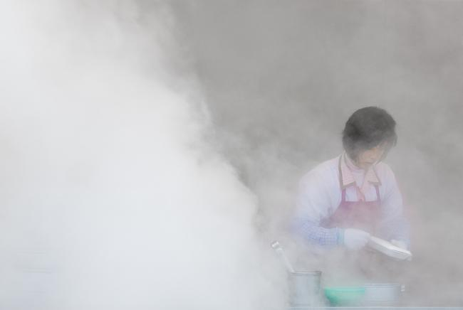 In the steam – making mandu on the street